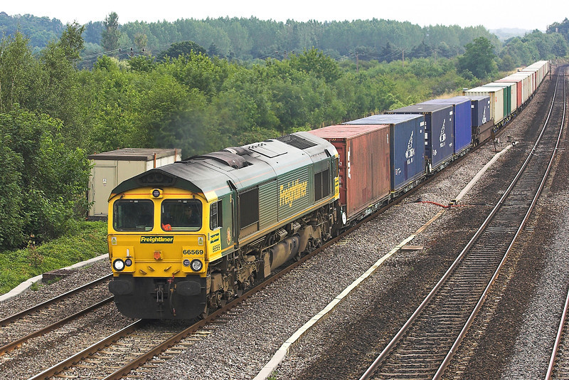 26th Jul 06:  66569 at Lower Basildon with 4M61 to Trafford Park from Southampton