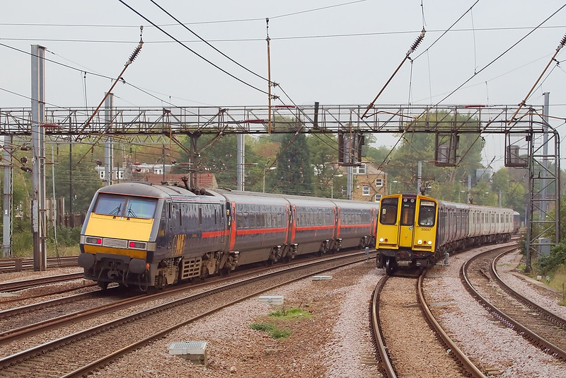 19th Oct 06:   91122  passes 313057 on it's way to Gordon Hill