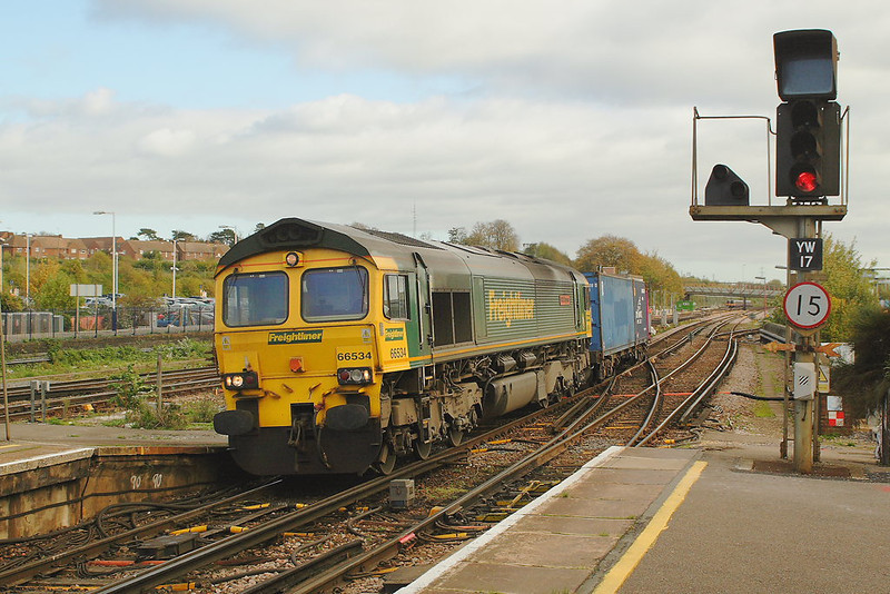 31st Oct 06: 66534 comes off the Reading Line with 4O14 Garston to Southampton
