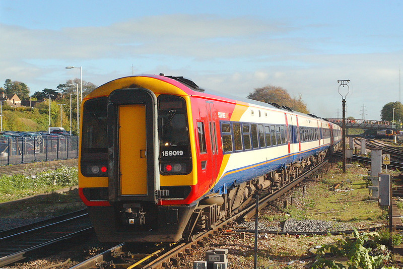 31st Oct 06: 159019 leads a 3 unit consist bound for the west and Bristol