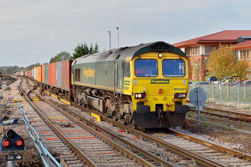 31st Oct 06: 66501 enters Platform 4 on it's way to Leeds