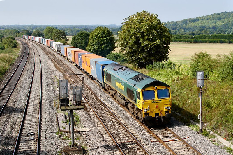 6th Sep 06:  66542 brings 4O27 from Leeds to Southampton passed the unusual Up Main Splitting Distant that is provided for the ladder crossing just east of Tilehurst station