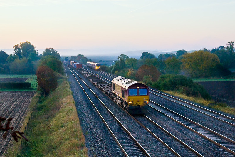 9th Oct 08: 5 minutes before the sun rose 66069 trundles  through working 1E69 to Wakefield Europort