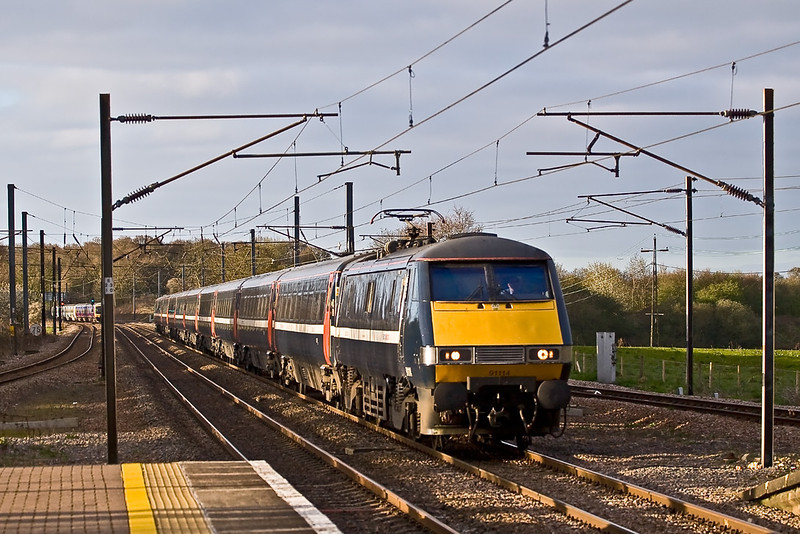 12th Apr 08:  91114 thunders north