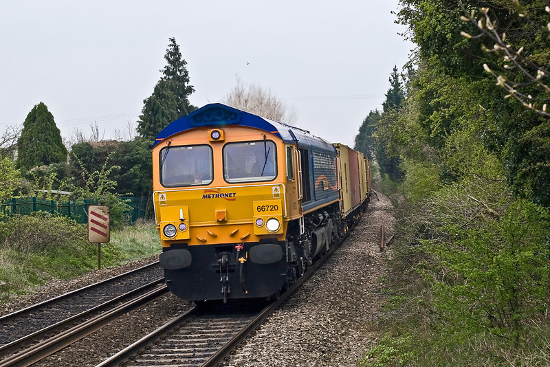 19th Apr 08:  66720 powers the Felixtowe to Hams Hall Intermodal.  Had it been 10 seconds earlier it would have completely blocked my view of the 20's tour.  Very lucky on this occasion!