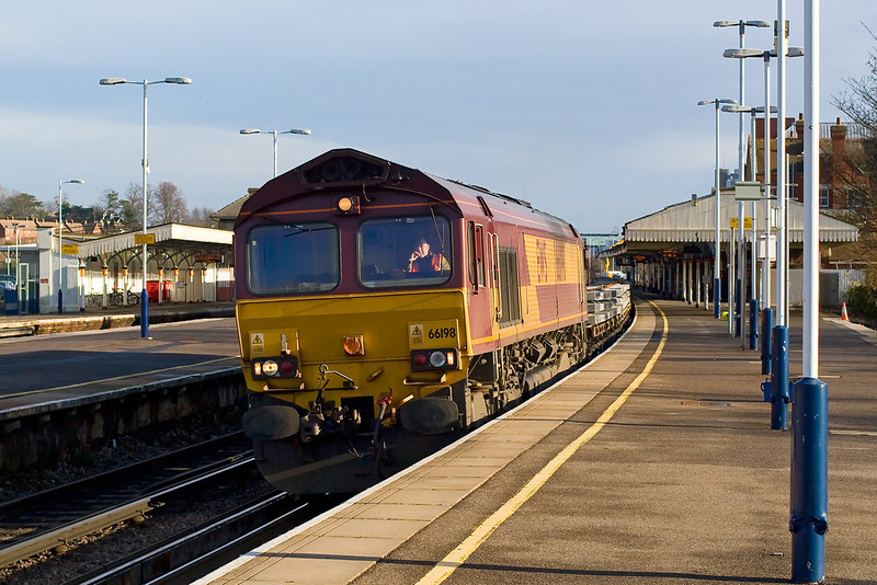 9th Jan 08:  The morning Hinksey to Eastleigh Departmental eases through Platform 1