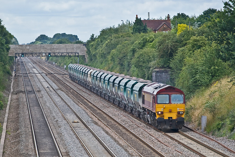 15th Jul 08: With Steve Rogers at the controls 59206 and the Heavy Haul hoppers works 7A17 from Merehead to Acton past Breadcroft Lane in Maidenhead
