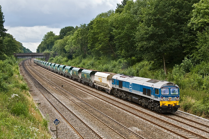 7th Jul 08: An unusual combo of Yeoman loco and Freightliner Heavy Haul hoppers on 7A17 from Merehead to Acton passes Duffield Road in the Sonning Cutting