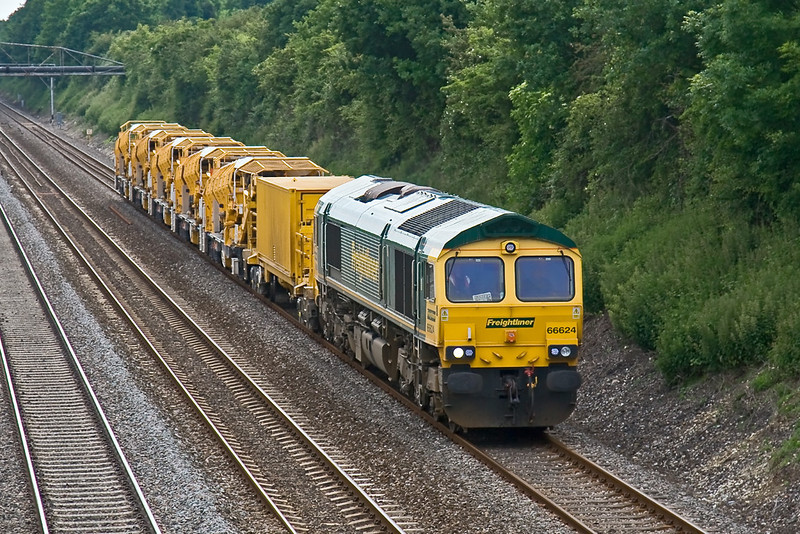 6th Jun 08:  66624 is tasked with the day's move of HOBC bits from Stapleford to the Plasser works at West Ealing.  Running rather late 6Z28 is captured trudging through Shottesbrooke