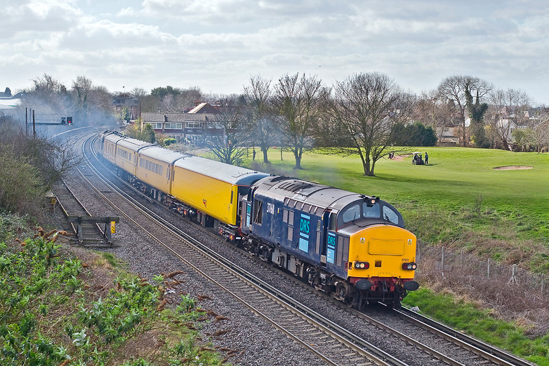 4th Mar 08:  Now leading 37611 opens up having cleared the crossover.  It was only a very small blob of cloud in a big patch of blue but it's timing was impeccable