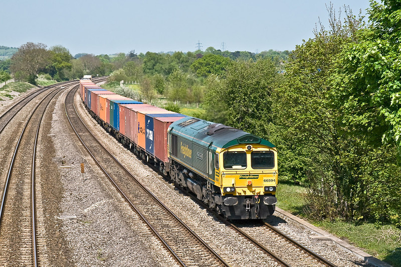 6th May 08:  66594 runs through Lower Basildon with a well loaded 4O51 Wentloog to Southampton