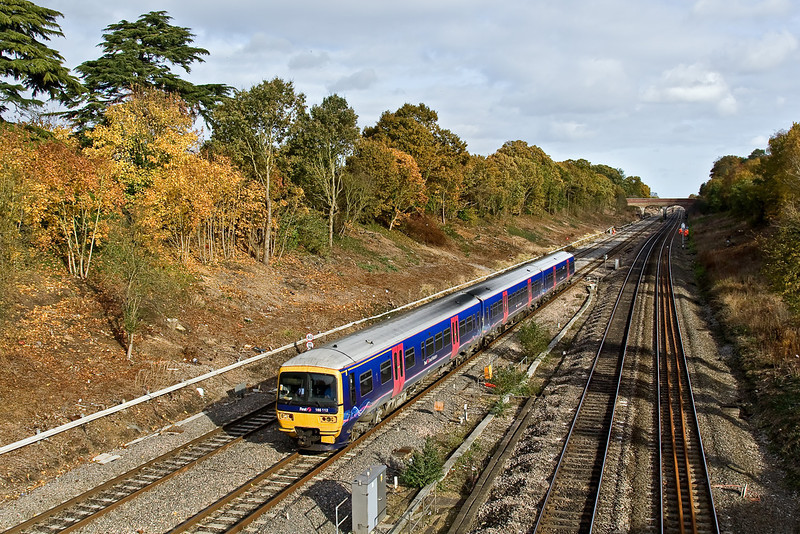 7th Nov 08: Full autumn colours as 165112 slows for the Twyford stop