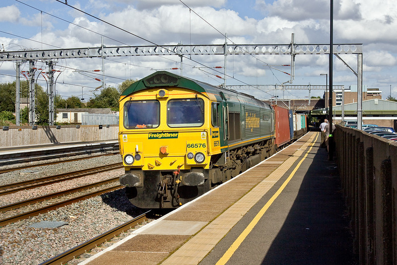 20th Aug 09: 66576 Cruises through Tamworth with 4M61 from Southampton to Trafford Park