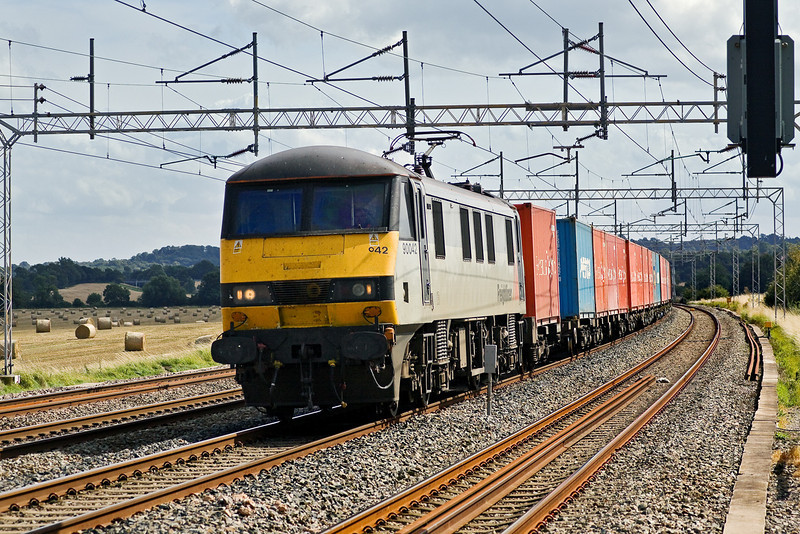 20th Aug 09:  Fortunately routed up the fast line through Grendon is 90042 and 4M54 from Tilbury to Basford Hall.