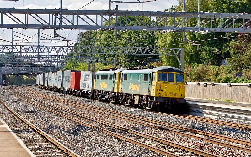 20th Aug 09:  Freightliner 86638 & 639 power the 14.03, 4L92, from Ditton to Felixstow through Tamworth