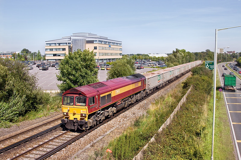 19th Aug 09:  Freight through Bracknell is confined to the Sevington to Merehead empties and this runs only very, very occasionally.  Today on a glorious day 59202 trundles west away from Bracknell with 6V67.  It may run again tomorrow but more likely in about 3 months time.