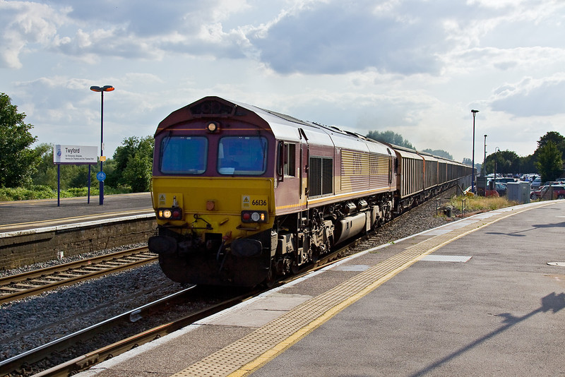 7th Aug 09:  The Didcot to Carlisle Enterprise service, 6M59, charges through Twyford powered by 66136