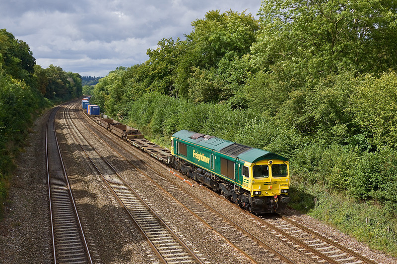 25th Aug 09:  In sparkling condidtion 66955 runs through Tilehurst with 4O27 from Ditton to Southampton