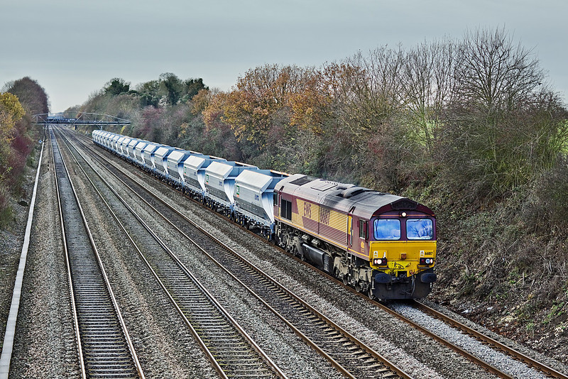 4th Dec 09:  With a rake of the new MRL VTG IIA hoppers in tow 66187 brings 4A69 empty sand from Theale to Acton up the Relief between Twyford and Maidenhead