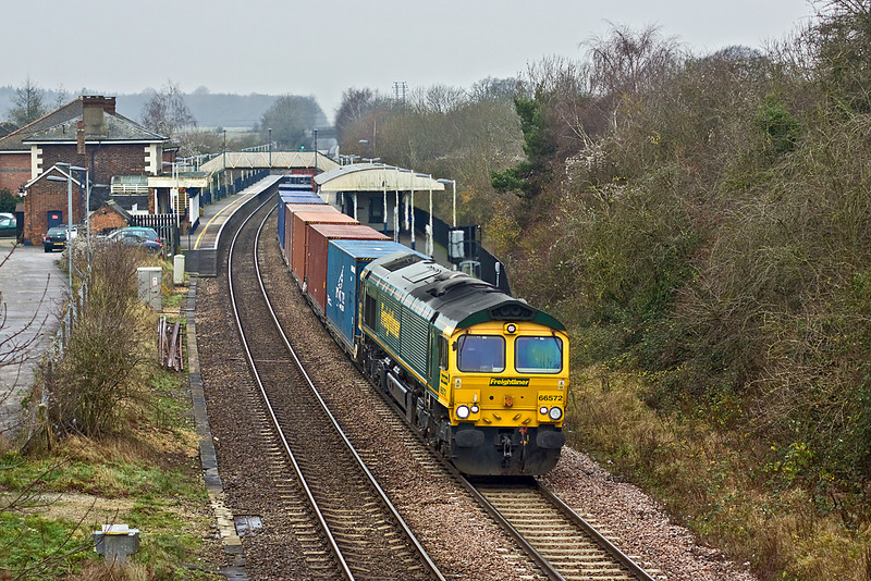 16th Dec 09:  66572 at the helm of 4M58 the diverted Southampton to Basford Hall (Crewe)  freightliner storming through Whitchurch