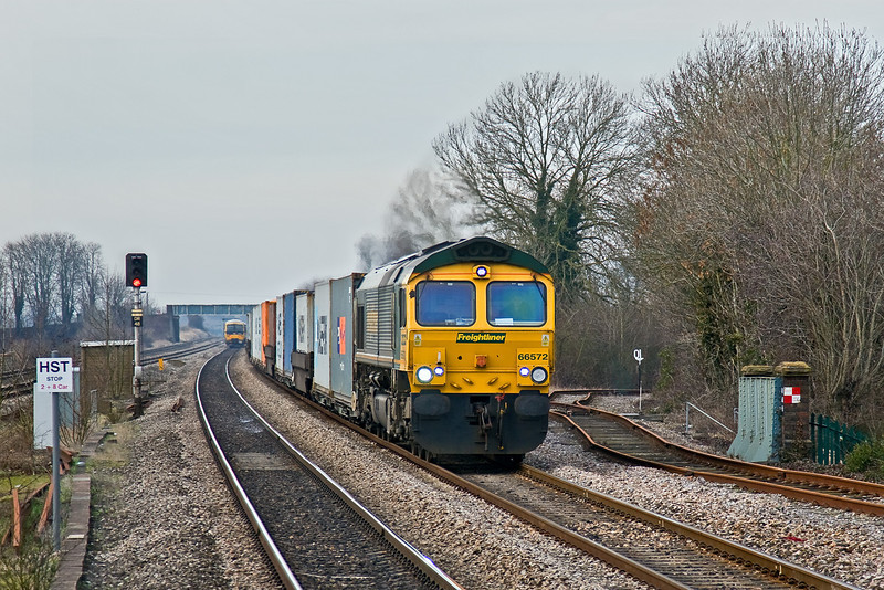 4th Feb 09:  Passing the branch line to Wallingford, now disconnected from the main line, is 66572 with the 07.12, 4O27 from Ditton to Southampton at Cholsey