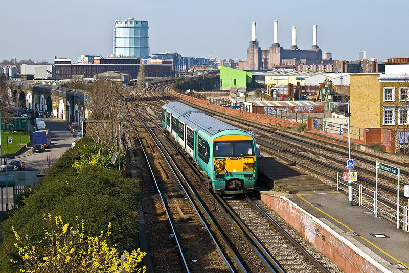 18th Mar 09:  The Victoria to London Bridge shuttle enters Wandworth Road station. 456015 will return within the hour.