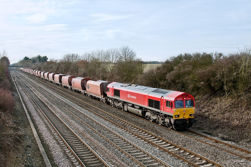 16th Feb 09:   Making it's first trip up the GWML in the new DB Schenker livery is 66152. 6M20 is from Whatley to St Pancras.