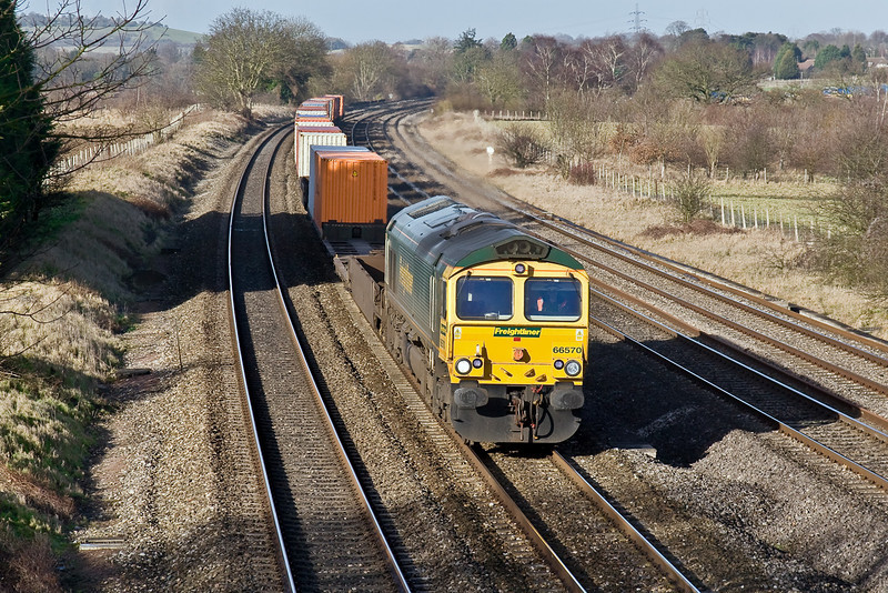 21st Jan 09:   Routed on the Up Main is 66570 on 4O51 the 09.59 Wentloog to Southampton. Captured here at Lower Basldon