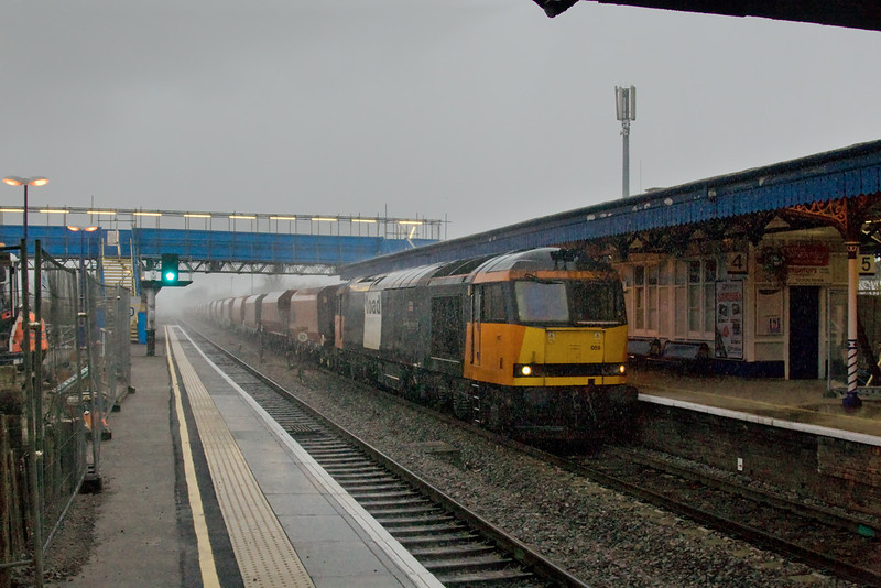 19th Jan 09:  Just on the front edge of a very heavy storm and with the light level falling by the second 60059 brings 6M20 to St Pancras through Twyford.  Yours truly got rather wet running back to the shelter of the canopy.