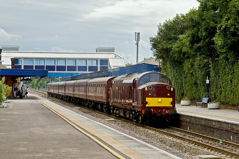 18th Jul 09:  The returning Hogwarts Express is now in the hands of WCR 37706.  1Z72 is from Oxford tp Paddington and captured here on th 'Up Relief' line at Twyford