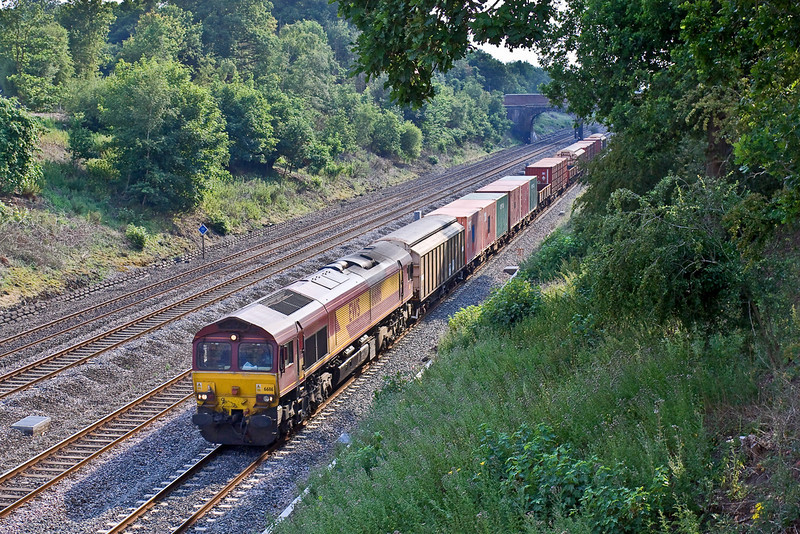2nd Jul 09:  66116 trots past Southbury Lane in Ruscombe while working 6M65 the Didcot to Carlisle Enterprise service. This comprises mainly of traffic for the MoD
