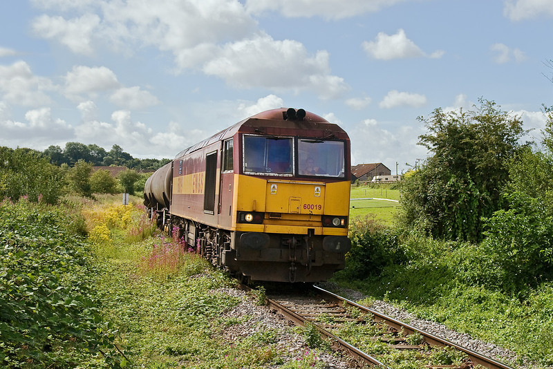 28th Jul 09:  Leaving 30 minutes early 60019 winds it's way from the oil terminal at Westerleigh. 6E41 is heading for Lindsey