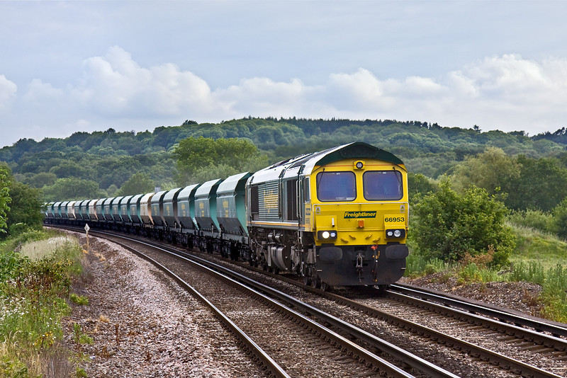 9th Jun 09:  Now only a once a week service 66953 runs towards the Prune Hill crossing in Egham with 6M42 loaded sand from Wool to Neasden