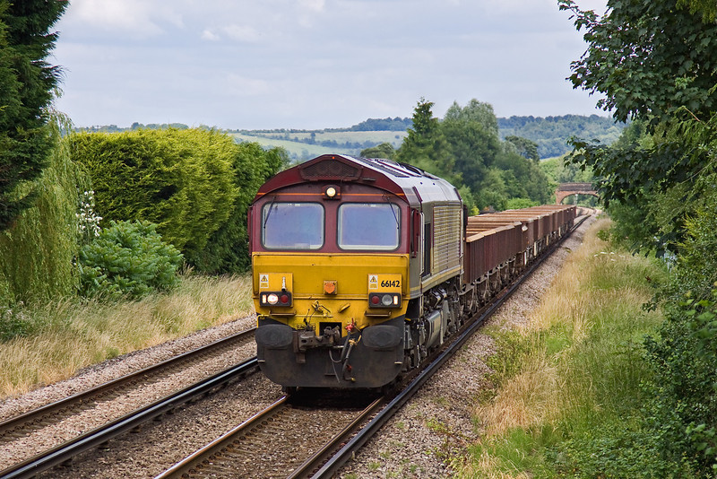 21st Jun 09: 66142 nears Farncombe with empty ballast wagons