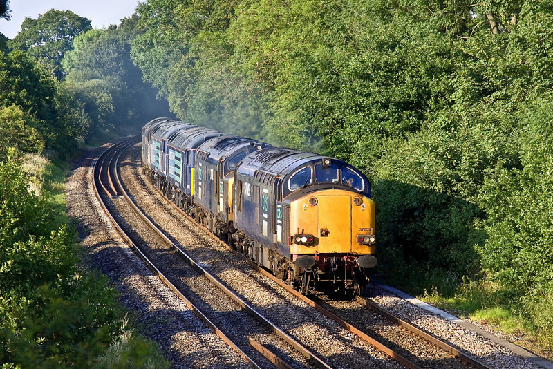 29th Jun 09:  'The Convoy'.  6Z86 was running 2 hours late as it roared through Silchester. Working from Crewe to Eastleigh 37605 was pulling 37612, 47709, 47841 and 37261