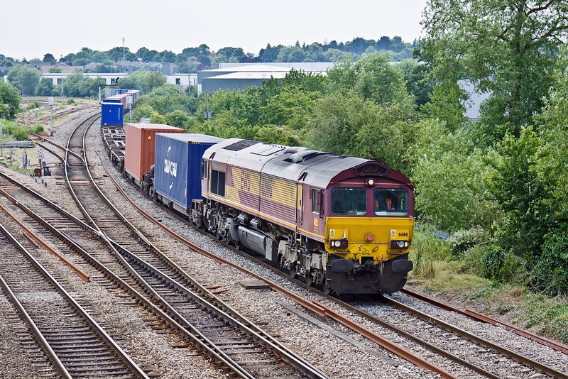 25th Jun 09:  Having run through the station 4M66, in the hands of 66116, approaches Didcot North Junction while working from Southampton to Birch Coppice