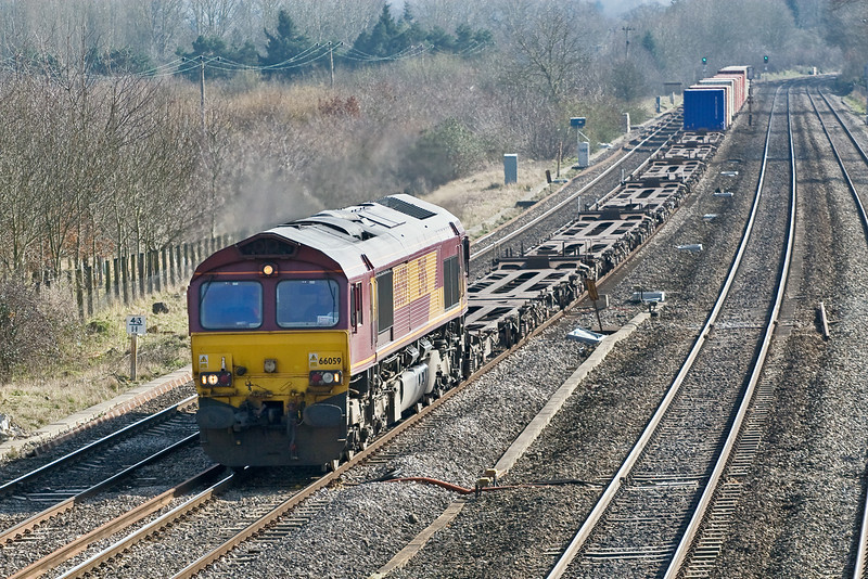 11th Mar 09:  66059 with a lightly loaded 4M33 the 11.54 Intermodal from Eastleigh to Burton on Trent runs past Beale Park in Lower Basildon.