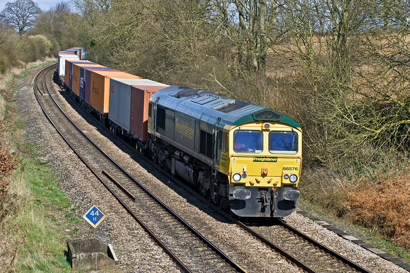 26th Mar 09:   Hurrying south at Silchester is 66576 on 4O54 from Leeds to Southampton.
