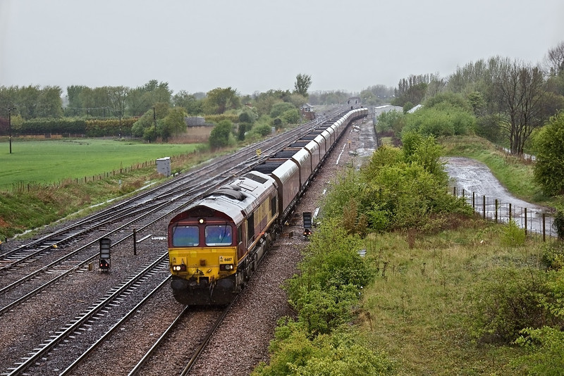 27th Apr 09:  In heavy rain 66117 heads south at Milford Junction with 6C05 from Immingham to Eggbrough loaded hoppers