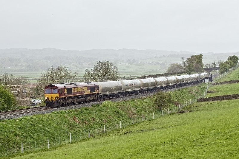 6th May 09:   In foul conditions 66174 returns empty Castle Cement tanks to Clitheroe from Mossend through Long Preston