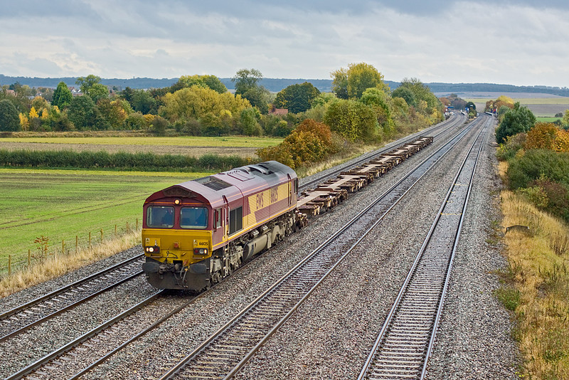 22nd Oct 09:  No load today for 6V38 headed by 66125, the MoD working from Marchwood to Didcot as it nears the bridge at Manor Farm in Cholsey