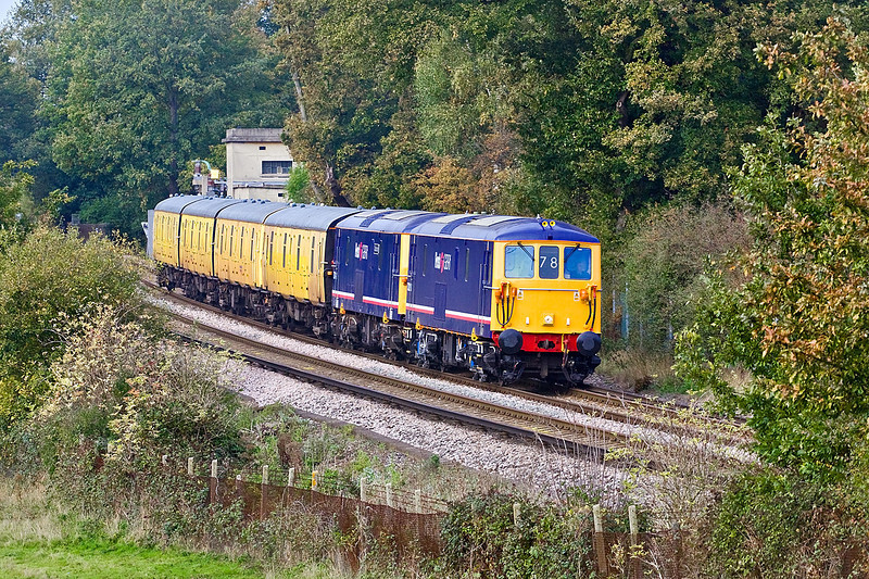 23rd Oct 09:  5Z73 was to transport 4 barrier vehicles from Tonbridge to Eastleigh.  73213 & 73141 are seen here working through Lyne