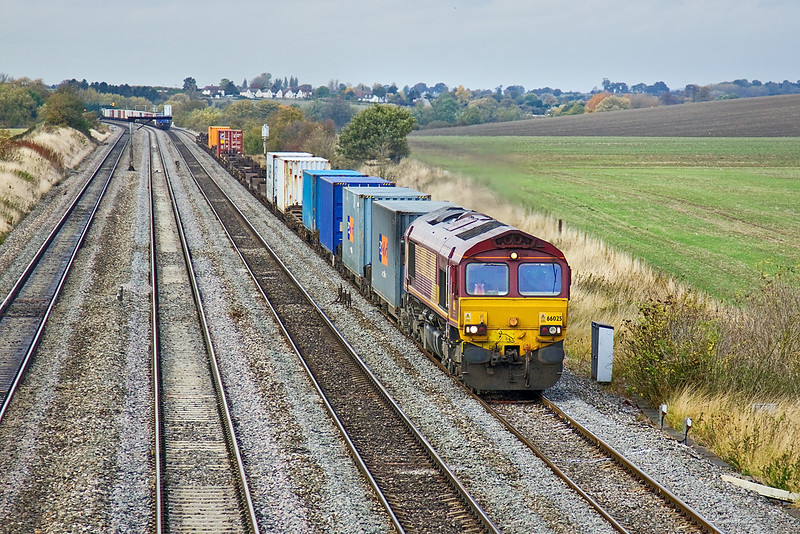 22nd Oct 09:  66025 on the point of 4O21 from Burton on Trent to Southampton on the Up Relief near Cholsey