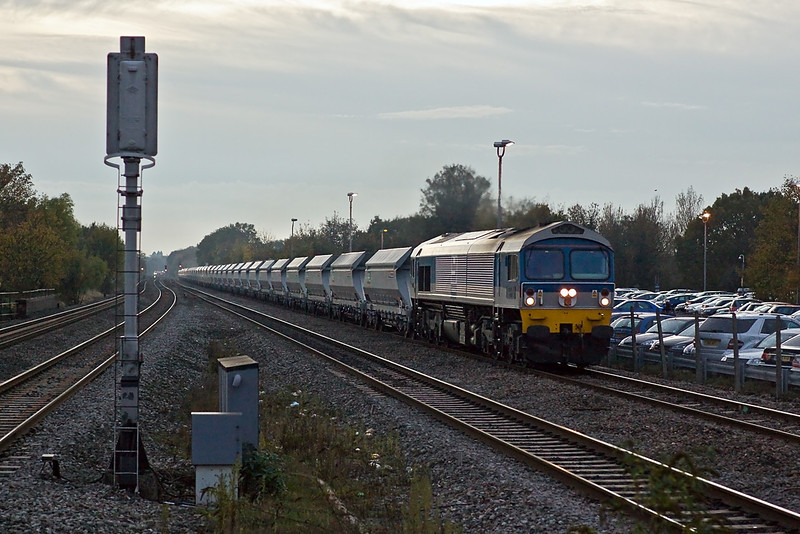 29th Oct 09:  With 43 on the hook 59104 rumbles east through Twyford as dusk falls. This is believed to be 6A13 from Whatley to West Drayton. 1/640 @ 2.5 ISO 1600