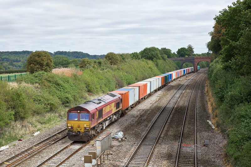 22nd Sep 09:  4M66 runs from Southampton to Birch Coppice. 66103  departed at 11.15 and is caught passing Westbury Lane in Purley on Thames.