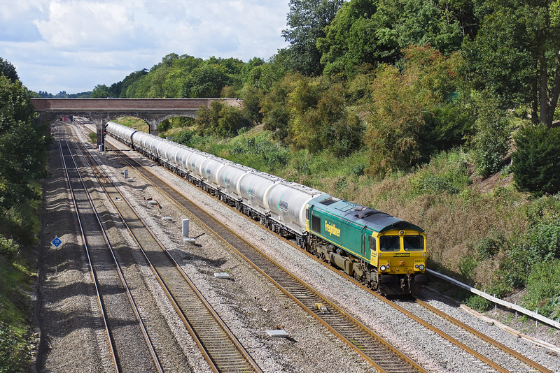 3rd Sep 09: 66614 starts the long run North with the empty Cement tanks to Earles in the Hope Valley from Theale.  Captured here passing through Ruscombe.