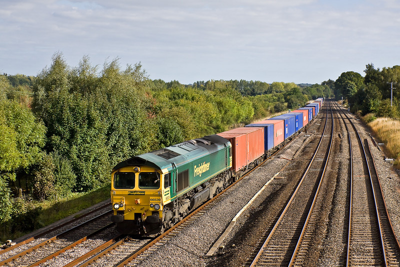 10th Sep 09:  4M68 is the 14.55 Southampton to Birch Coppice. 66539 is doing the honours .