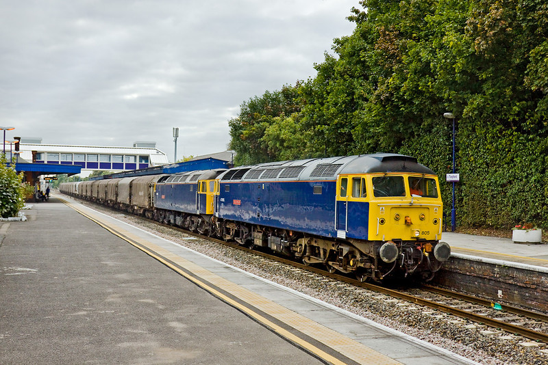 17th Sep 09:  Even on a very dull afternoon a pair of blue duffs working a freight are worth a picture. The Burton on Trent to Dollands Moor empty steel carriers service (6Z48) is again in the hands of locos hired in from Riviera Trains.  47805 & 47839 are captured here, running slightly ahead of time, passing through Twyford.