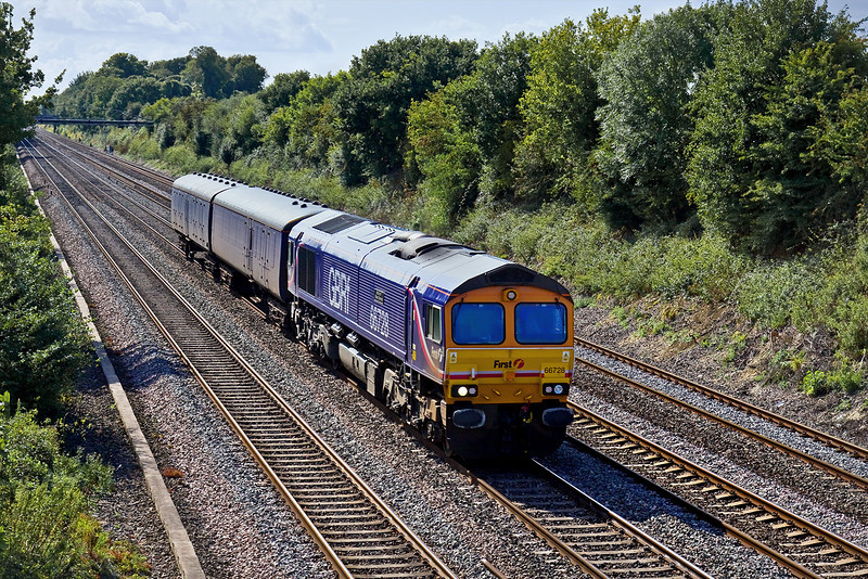3rd Sep 09:  66728 hurries up the Main Line through Shottesbrooke with 2 Barrier Coaches being moved from Laira to Old Oak Common.