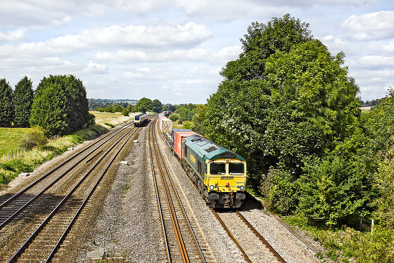 3rd Sep 10:  4O54 from Leeds with 66577 on the point hurries through Lower Basildon